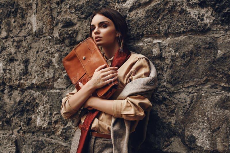 Schöne moderne Frauen-in Mode Kleidung, die nahe Wand aufwirft lizenzfreies stockbild
