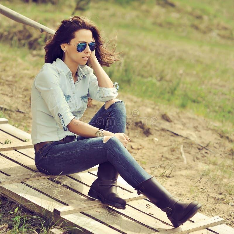 Schöne moderne junge Frau stockfoto