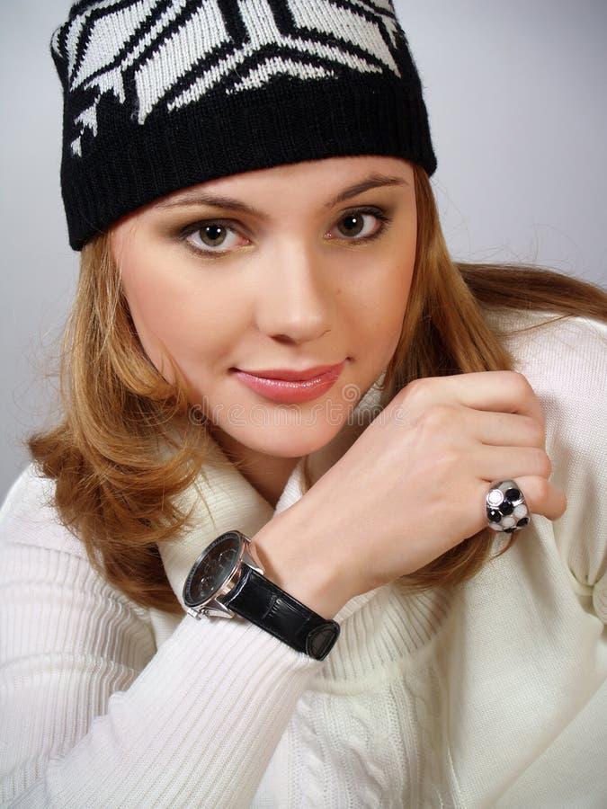 Schöne moderne junge Frau in einer Schutzkappe lizenzfreie stockbilder