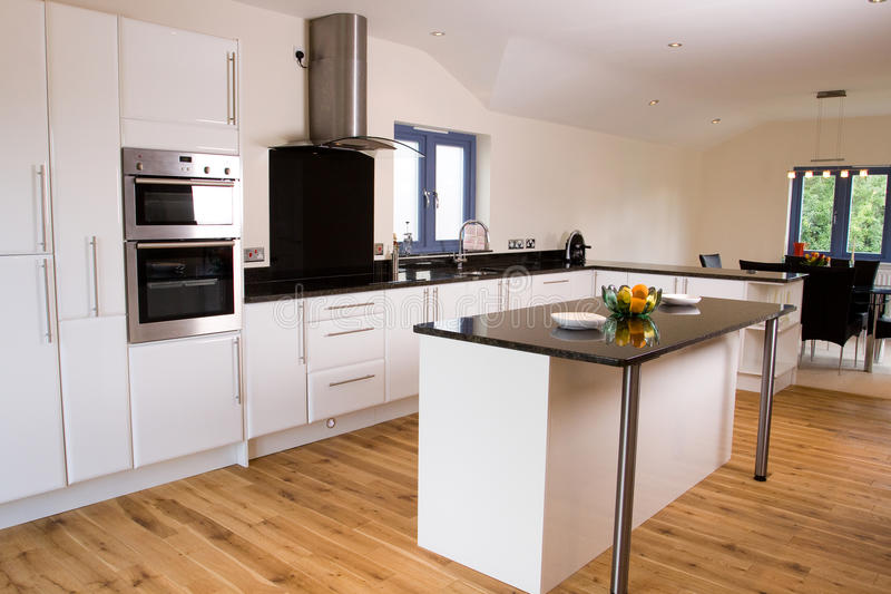 Schöne moderne Küche stockbild. Bild von kostspielig - 10093019