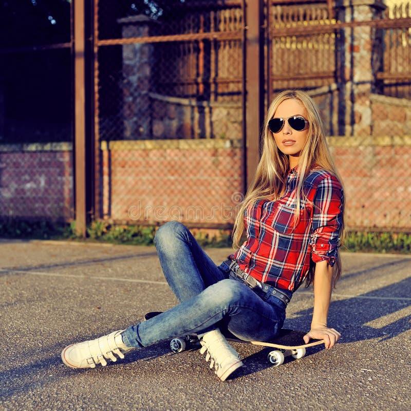 Schöne moderne moderne junge Frau in der stilvollen Kleidung stockfotos