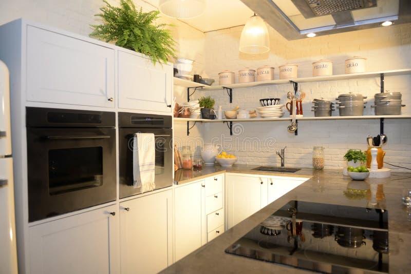 Schöne moderne weiße Küche stockfotografie