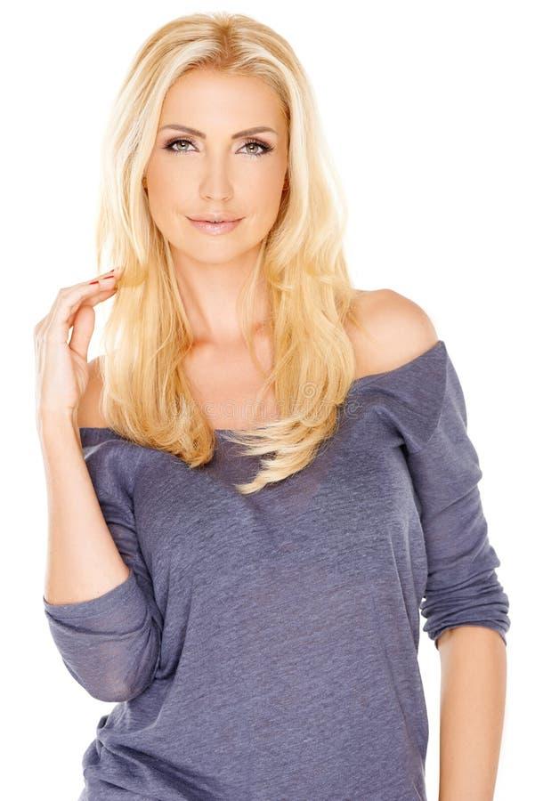 Schöne modische Frau mit dem langen blonden Haar stockfotos