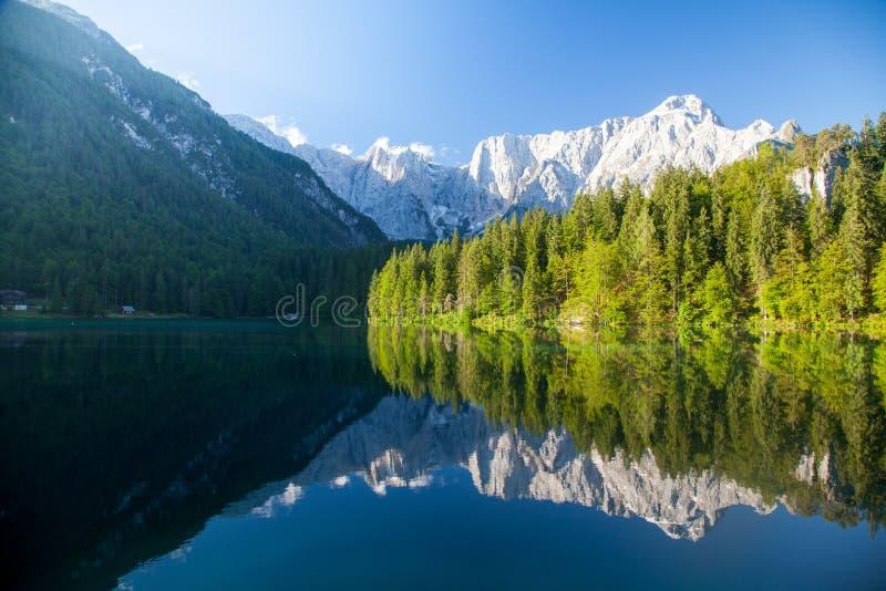 Schöne Morgenszene mit den alpinen Spitzen, die im ruhigen Gebirgssee sich reflektieren stockfoto