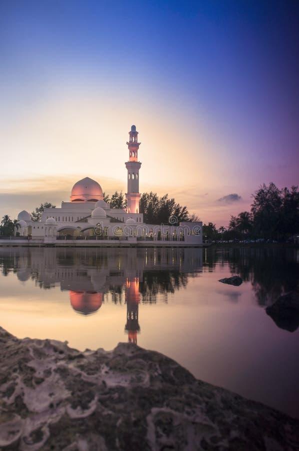 Schöne Moschee im prachtvollen Sonnenuntergang lizenzfreie stockbilder