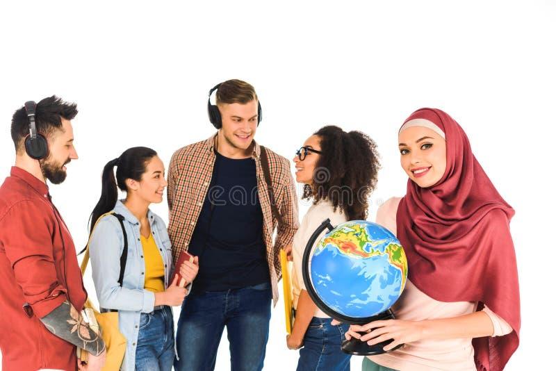 schöne moslemische Frauenstellung mit Kugel nahe der multiethnischen Gruppe von Personen lokalisiert lizenzfreie stockfotografie