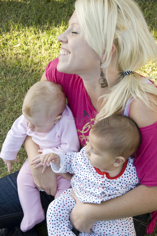 Schöne Mutter, die mit ihren zwei Kindern aufwirft lizenzfreie stockfotos