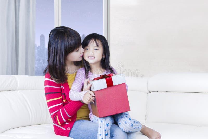 Sch ne mutter k sst ihr kind auf sofa stockbild bild von for Sofa asiatisch