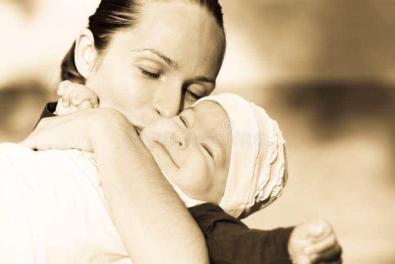 Schöne Mutter und ihre Tochter lizenzfreies stockfoto