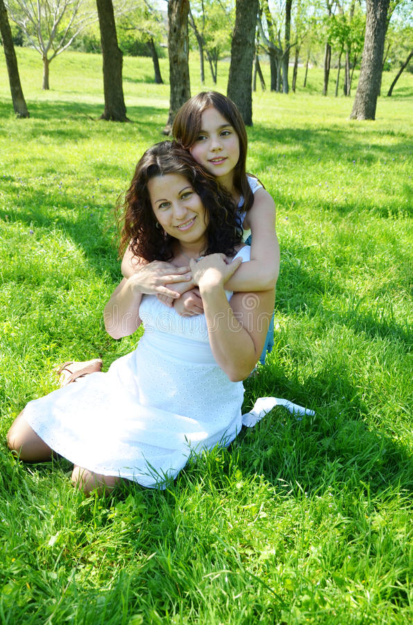 Schöne Mutter und Tochter lizenzfreie stockfotografie