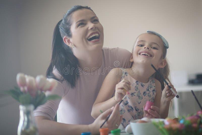 Schöne Muttertochtermomente stockfotos