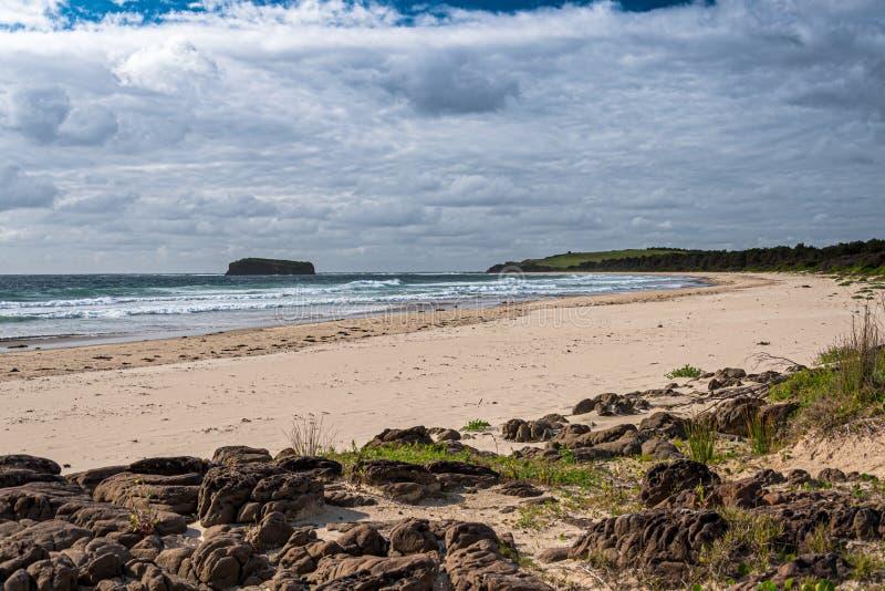 Schöne Mystiker setzen minnamurra Strand shellharbour auf den Strand lizenzfreies stockbild