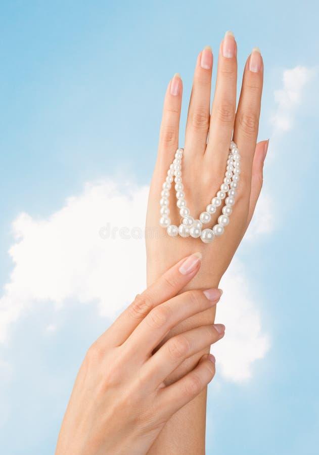 Schöne Nägel und Frauenfinger lizenzfreies stockfoto