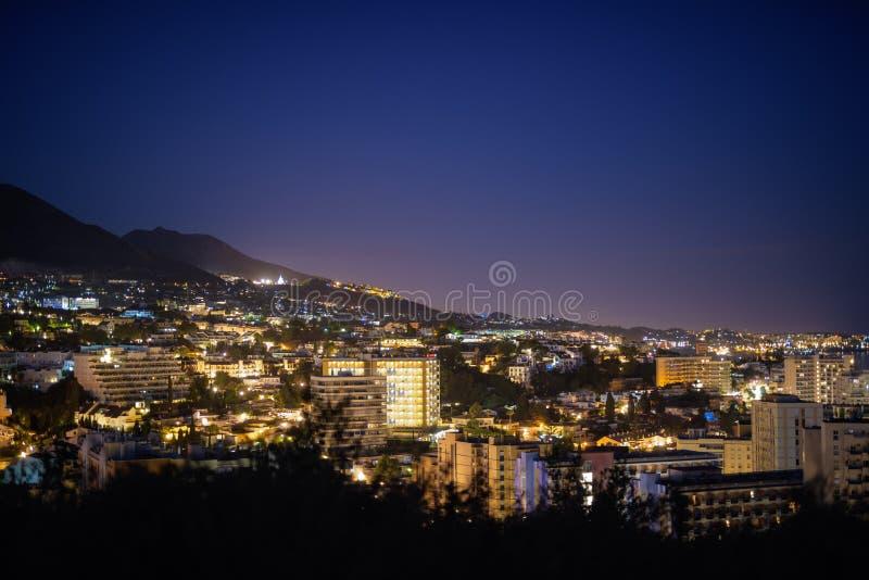 Schöne Nachtansicht auf den Hügel, der die Stadt von Màlaga, Spanien nachts übersieht stockbilder