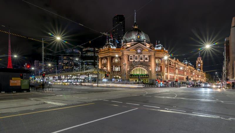 Schöne Nachtansicht der Flinders-Straße und des Bahnhofs, Melbourne, Australien stockbild