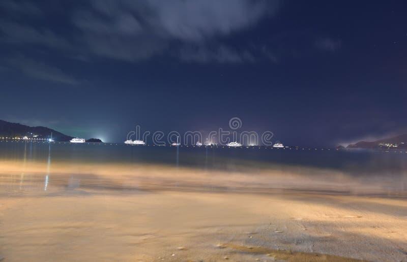 Schöne Nachtansicht an Patong-Strand lizenzfreie stockfotos