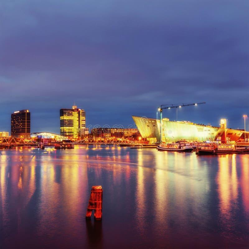 Schöne Nachtbeleuchtung in Amsterdam stockfotografie