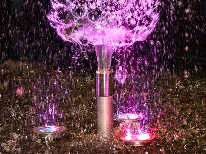 Schöne Nachtshow von farbigen Wasserbrunnen stockfoto