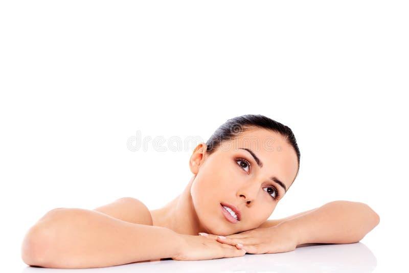 Schöne nackte Frau lokalisiert auf weißem Hintergrund stockbild