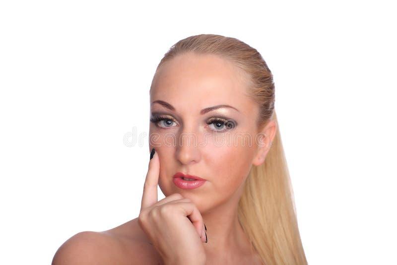 Schöne Nackte wirft Hände der Bedeckung selbst auf stockbilder