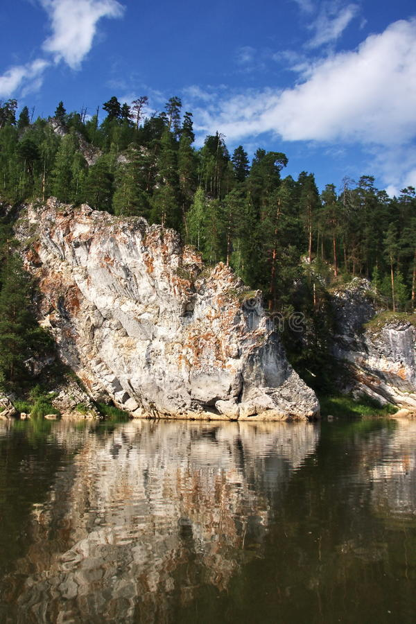 Schöne Natur auf dem Fluss Chusovaya lizenzfreie stockfotografie