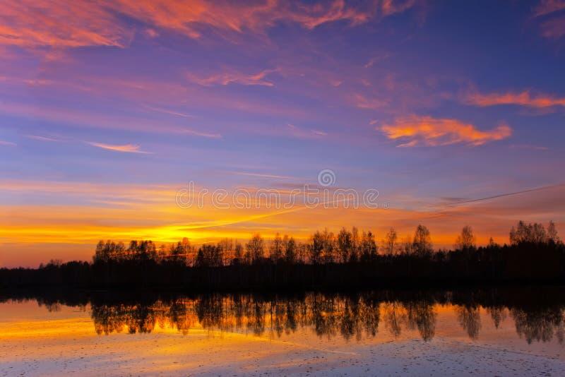 Schöne Natur, Sonnenuntergang auf dem Fluss lizenzfreie stockbilder