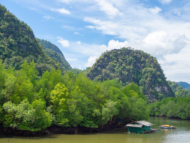 Schöne Naturlandschaftsansicht von Insel, Lagune mit Kajakparken lizenzfreie stockfotografie