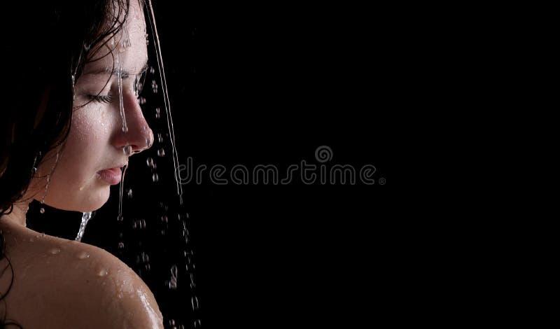 Schöne Neigungsfrau in der Dusche stockfotos