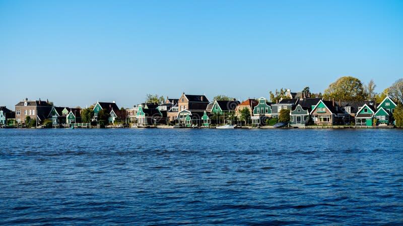 Schöne niederländische Szene mit traditionellen Häusern durch den Kanal in den Niederlanden stockfotografie