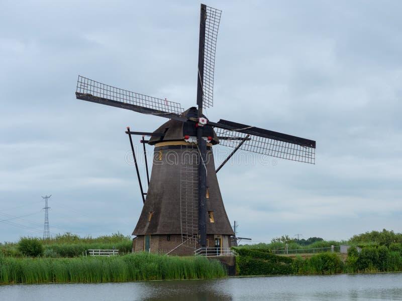 Schöne niederländische Windmühlenlandschaft bei Kinderdijk lizenzfreie stockfotos