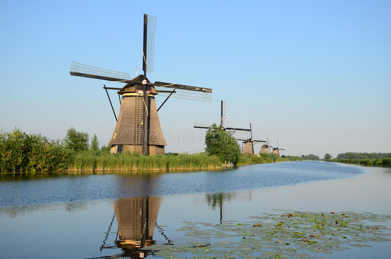 Schöne niederländische Windmühlenlandschaft bei Kinderdijk in den Niederlanden lizenzfreie stockbilder