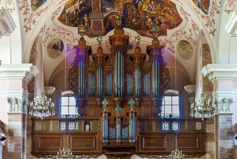 Schöne Organansicht innerhalb der barocken Kirche stockfotografie