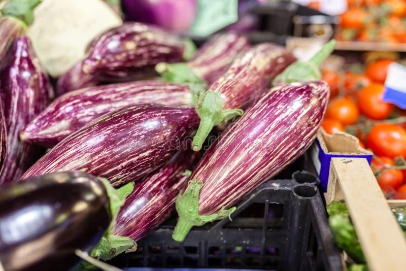 Schöne organische Aubergine angeboten für Verkauf am lokalen Markt des Landwirts lizenzfreie stockfotografie
