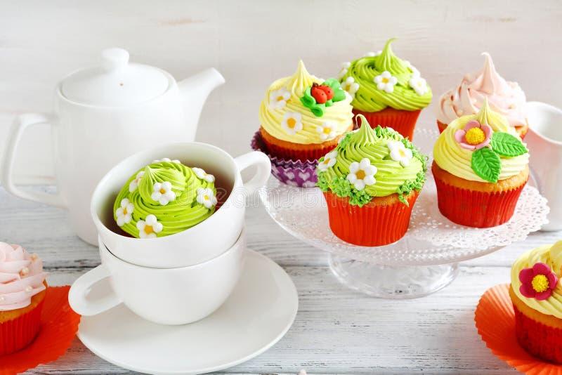Schöne Ostern-Teeparty stockbilder