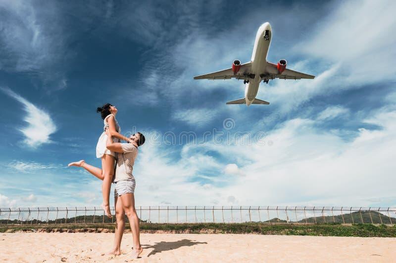 Sch?ne Paare auf Haben des Spa?es auf dem Strand Gl?ckliches Paar auf Ferien Flitterwochenreise Flitterwochenliebhaber Mann- und  stockfoto