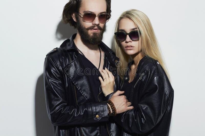 Schöne Paare der Mode zusammen Hippie-Junge und -mädchen Bärtiger junger Mann und Blondine in der Sonnenbrille lizenzfreies stockfoto
