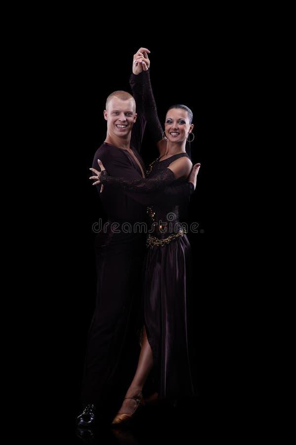 Schöne Paare des Berufskünstlertanzens lokalisiert auf Schwarzem stockbilder