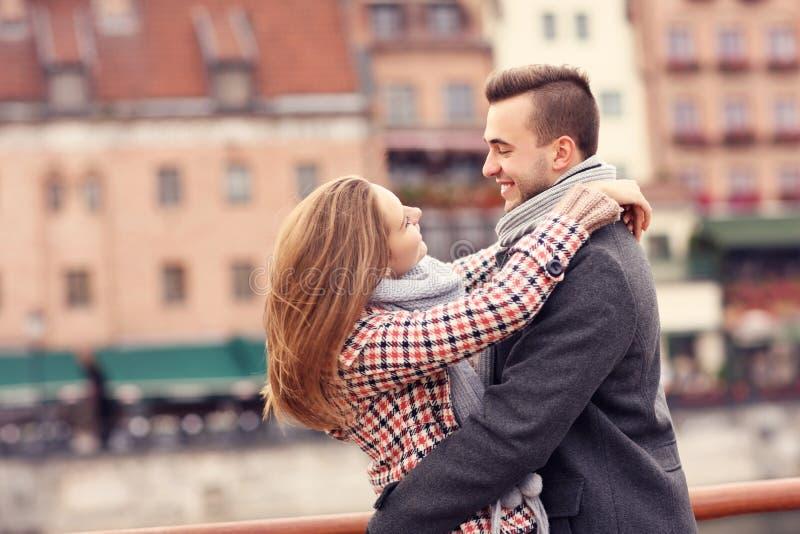 Schöne Paare, die auf einem Datum in der Stadt umarmen stockbild