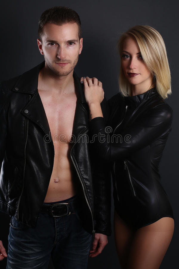 Schöne Paare, die eine leahter Jacke tragen stockbilder