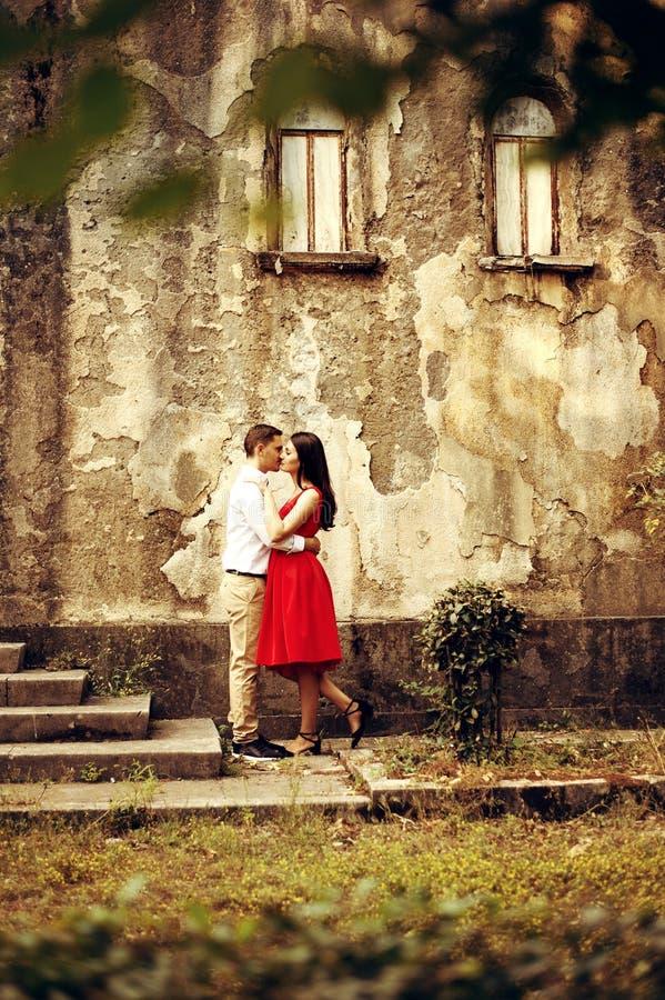 Schöne Paare, die nahe altem mittelalterlichem Schloss umarmen Hochzeitstag für entzückende Jungvermähltenpaare stockbild