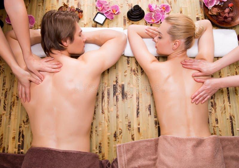 Schöne Paare, die tiefe Rückenmassage erhalten stockbild