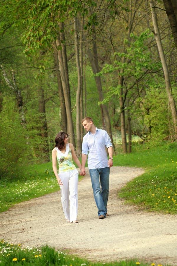 Schöne Paare in einem Park stockbilder