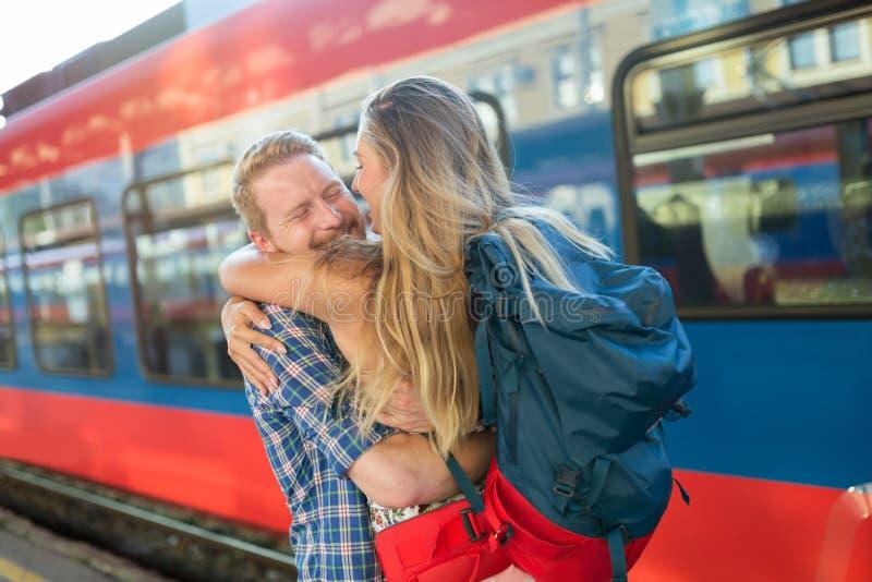 Schöne Paartrennung an der Bahnstation lizenzfreie stockfotografie