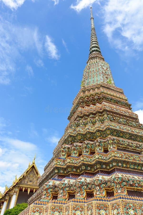 Schöne Pagode mit blauem Himmel an Wat Pho-Tempel, Bangkok Thailand stockfotografie