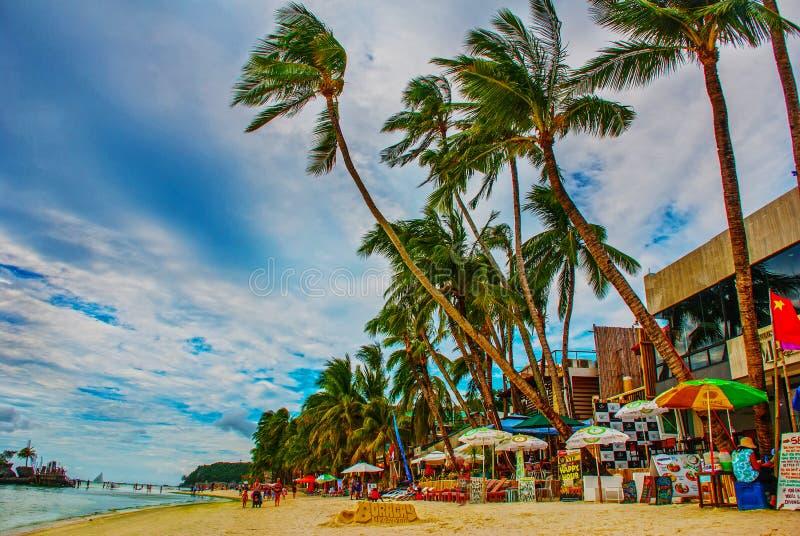 Schöne Palmen auf dem weißen Strand Boracay-Insel, Philippinen lizenzfreies stockfoto