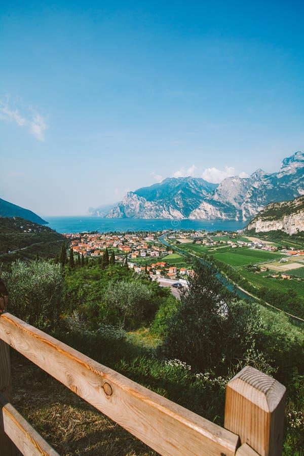 Schöne Panoramaansicht von einem Gebirgs-See in Nord-Italien in der Lombardei von Lago di Garda von einer Vogel ` s Augenansicht  stockfoto