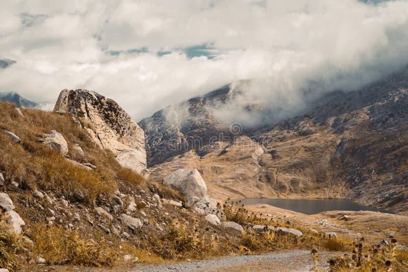Schöne panoramische Natur in den Bergen stockbilder