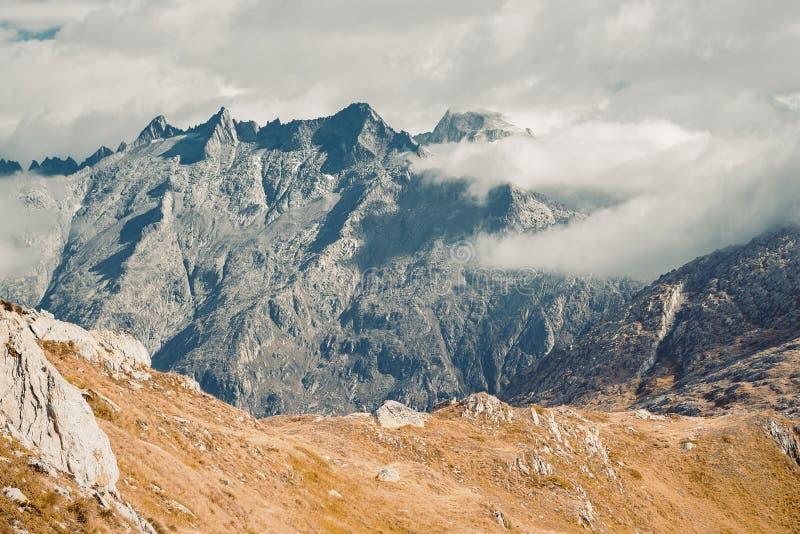 Schöne panoramische Natur in den Bergen stockfotografie