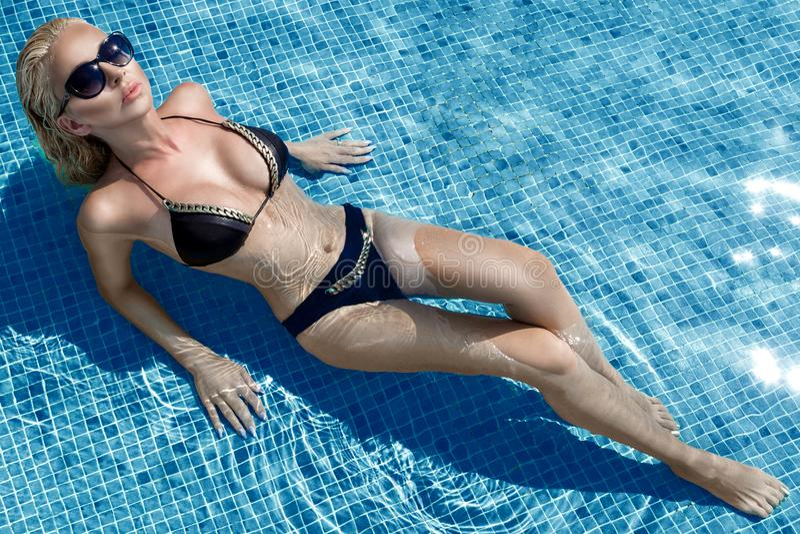 Schöne phänomenale erstaunliche elegante sexy blonde vorbildliche Luxusfrau mit dem perfekten Gesichtstragen Sonnenbrille steht m lizenzfreies stockfoto