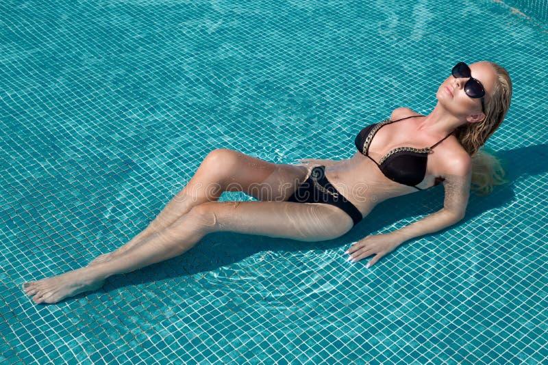 Schöne phänomenale erstaunliche elegante sexy blonde vorbildliche Luxusfrau mit dem perfekten Gesichtstragen Sonnenbrille steht m lizenzfreie stockfotos